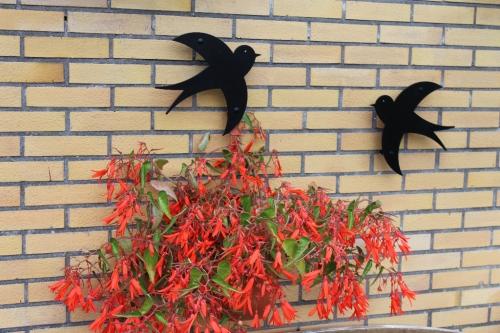 Fugle i metal som vægdekoration sælges i sæt af 2 stk