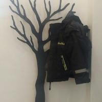 Børne TøjTræ Knagen til børne tøjet, det bliver en leg at hænge tøjet på plads når tøjet skal hænges på et træ og ikke en almindelig knagerække.