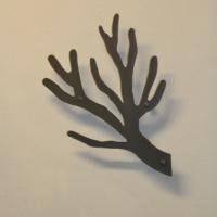 Knag i koksgrå Elegant knagerække med design som en gren.