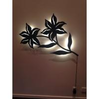 Vægdekoration med LED lys bag blomst. Udført i metal og pulverlakeret
