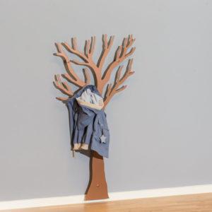 Knag til børnetøj i kobber som træ