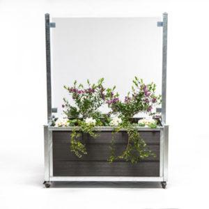 bed på hjul i mørk grå med glas og planter