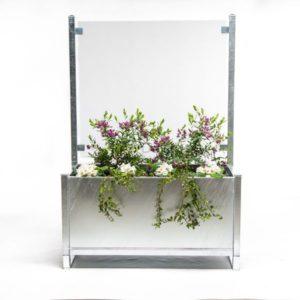Højbed med glas i galv med blomst