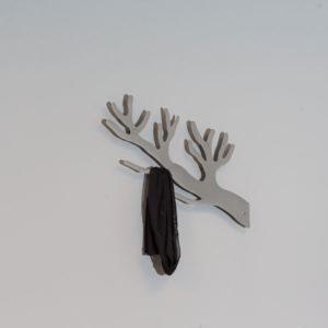 Knagerække grå gren med tøj