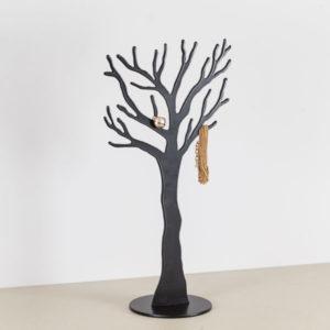 Smykke træ i sort med smykke.